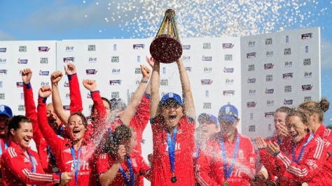 The victorious 2013 England women's team (Google Images)