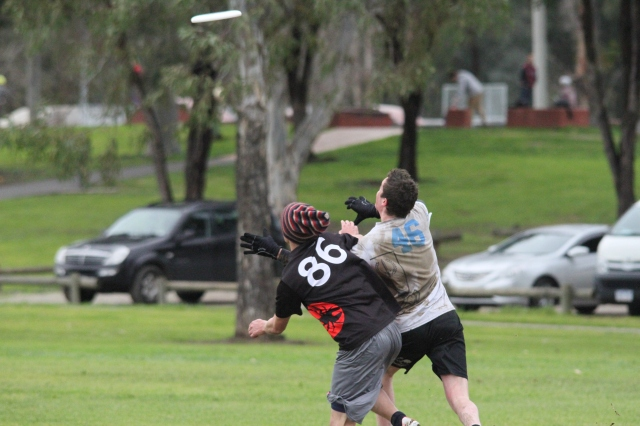 RMIT & Monash Ultimate Frisbee players fly in the SUG gold medal match (photo: Davis Harrigan)