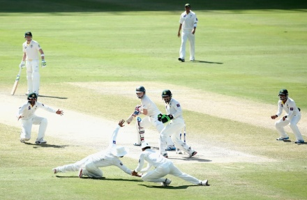 This Chris Rogers short edge shows Australia's situation in a picture (photo: Getty Images)