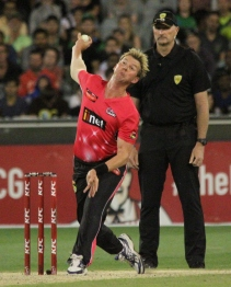 Brett Lee sends down a thunderbolt against the Stars (photo: Davis Harrigan)