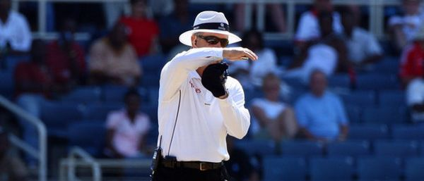 Umpire refers upstairs for the DRS (photo: Google Images)