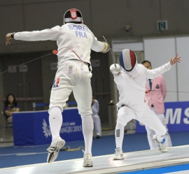 Borell & Marchal head to head in the fencing final (photo: Davis Harrigan)